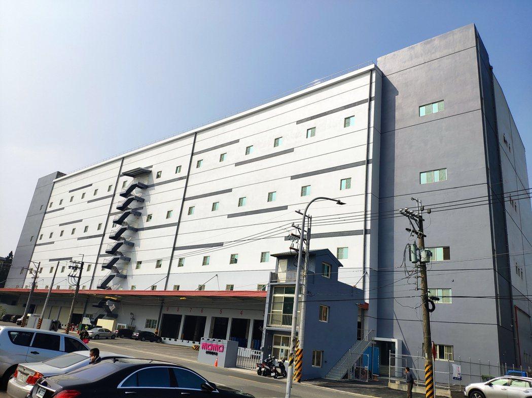 斥資6億元, momo台南永康物流中心今舉行開幕典禮,圖為物流中心外觀。記者謝進...