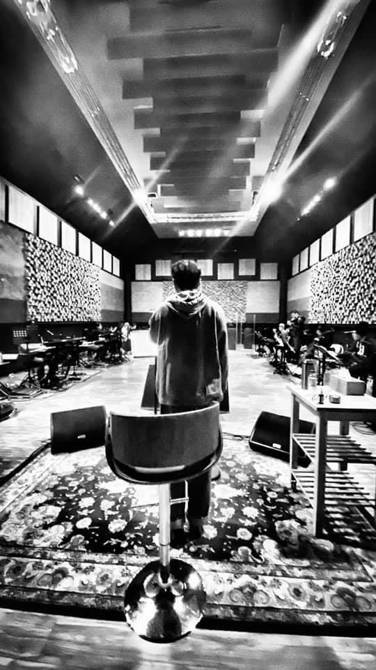 許富凱近期於社群分享為演唱會緊鑼密鼓的彩排練團照。圖/摘自臉書