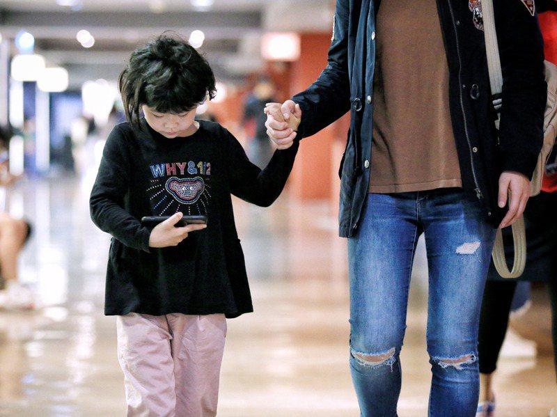 爸媽擔心孩子過度使用手機,若小孩想要自己的手機該怎麼辦?圖/聯合報系資料照片
