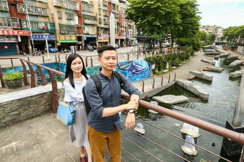新北市新莊在地人梁勝欽(右)和江欣諭(左)等幾位夥伴一同創辦「新莊騷」地方誌,介紹新莊的特色景點及城市故事,以扭轉一般人對新莊的印象。記者曾原信/攝影