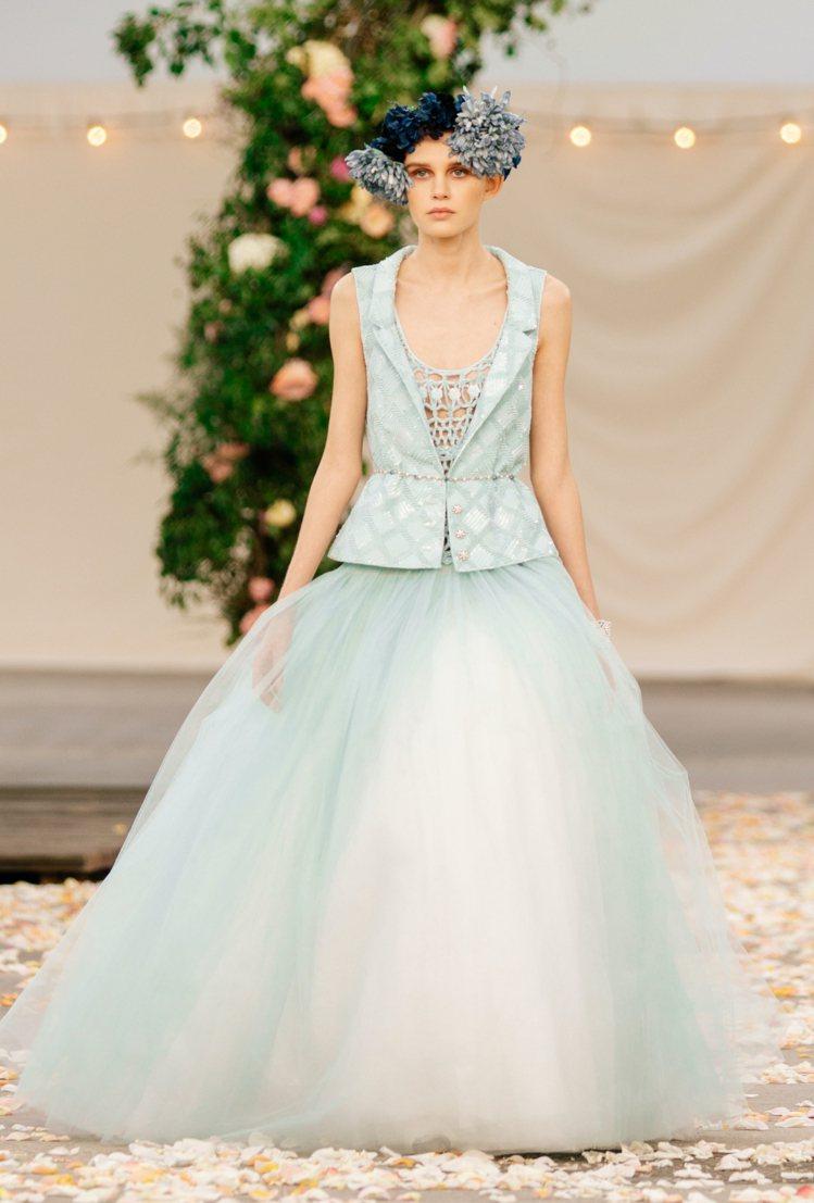 漸層色的蓬蓬紗裙禮服套上背心,在隆重之中增加日常造型的隨興姿態。圖/香奈兒提供