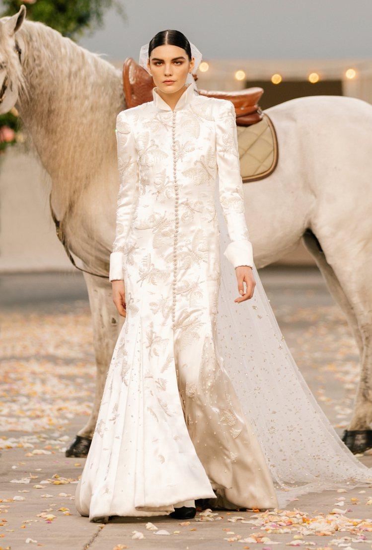 新娘騎著白馬出場,頭戴蝴蝶結輕盈長紗,穿上Lesage刺繡工坊打造的水晶鑲飾與幻...