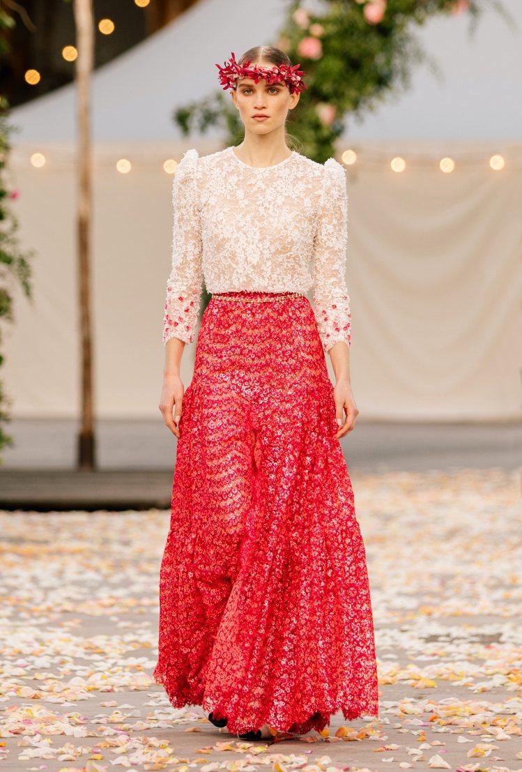 細緻的蕾絲刺繡上衣在袖口處用了紅、粉色的花朵亮片點綴,延續同樣元素的長裙所呈現的...