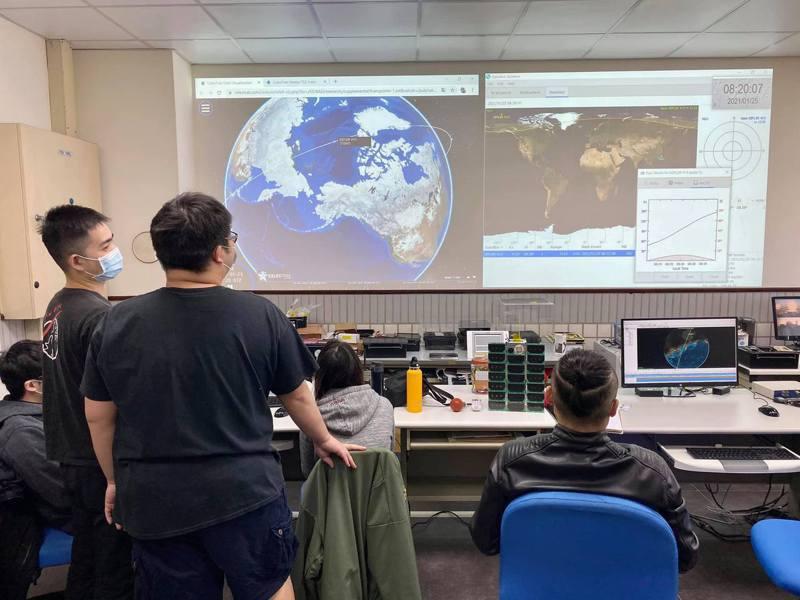 台灣團隊自主研製的兩顆立方衛星飛鼠、玉山升空後連線「嚴重卡關」。中央大學太空科學科技中心目前確認是地面接收系統的問題。圖/取自中央大學太空科學科技中心臉書