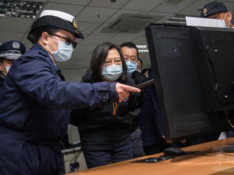 蔡總統聽取海軍雷達站官兵簡報:嵩山雷達站不只有空軍,也有海軍的雷達,可以監控台灣北方的海域,以往軍方通常低調不提,這次因應總統視導而躍上檯面。圖/軍聞社