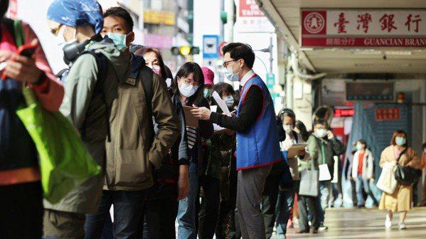 台產推出防疫保單吸引大批民眾投保。記者曾原信/攝影