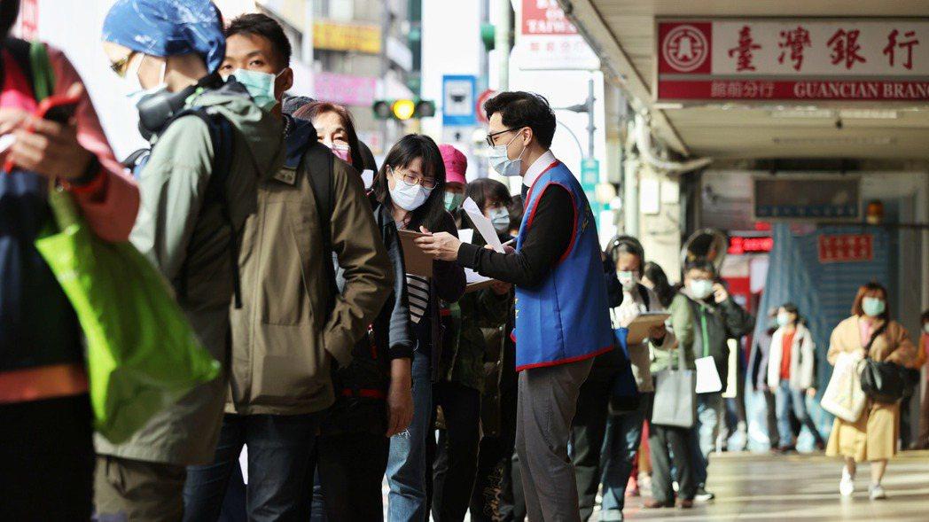 台產險推出防疫保單吸引大批民眾投保。記者曾原信/攝影
