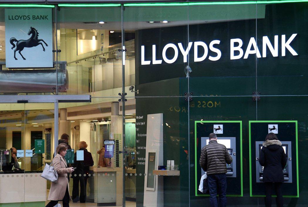英國去年ATM使用量大減38%,圖為駿懋銀行倫敦分行的ATM據點。路透