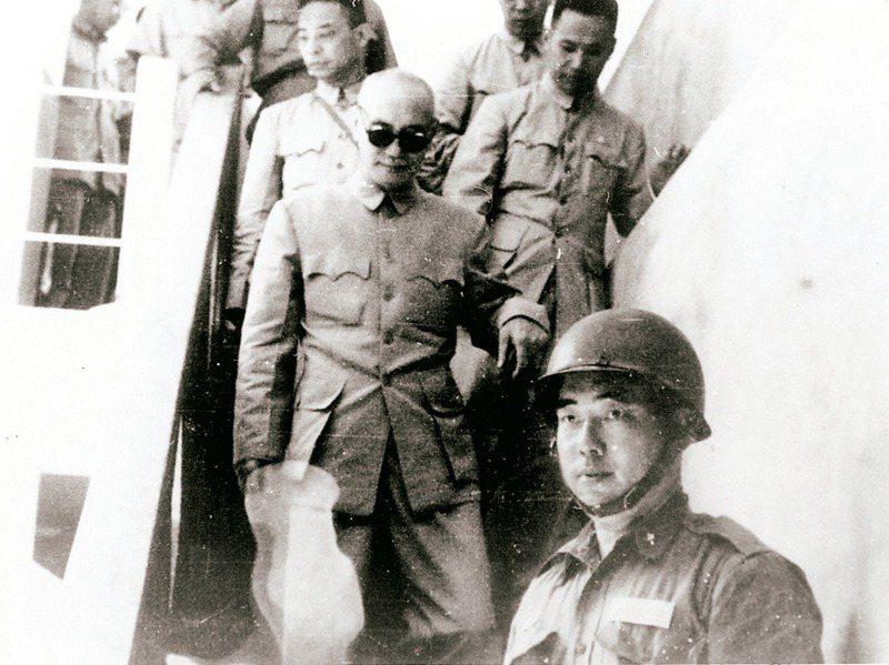 金門作為冷戰期間兩岸軍事對峙前線,卻曾在1950年差點被蔣中正放棄,圖為1958年蔣中正到小金門巡視。圖/郝柏村提供