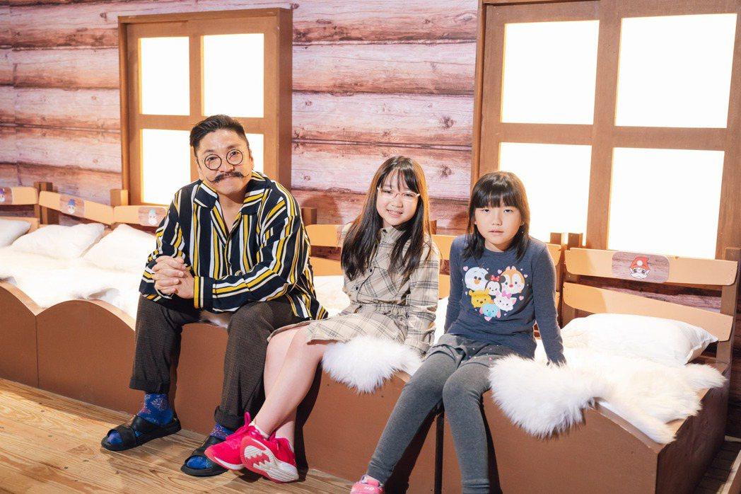 導演北村豐晴(左)帶女兒與女兒同學一起逛「白雪公主與七矮人」特展。圖/寬宏提供
