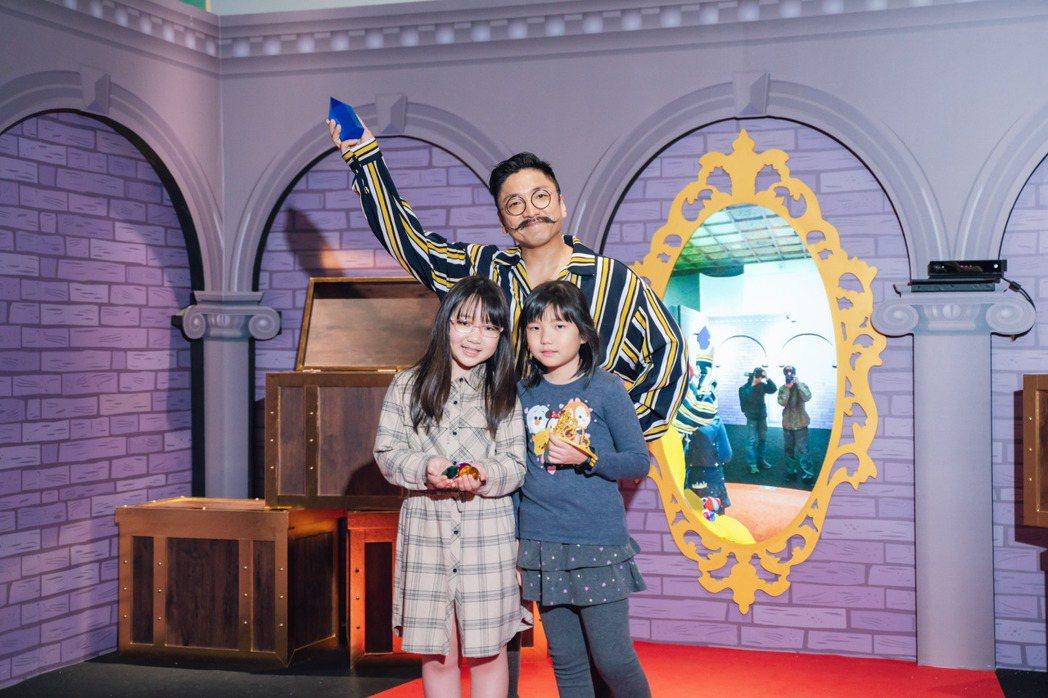 導演北村豐晴(中)帶女兒與女兒同學一起逛「白雪公主與七矮人」特展。圖/寬宏提供