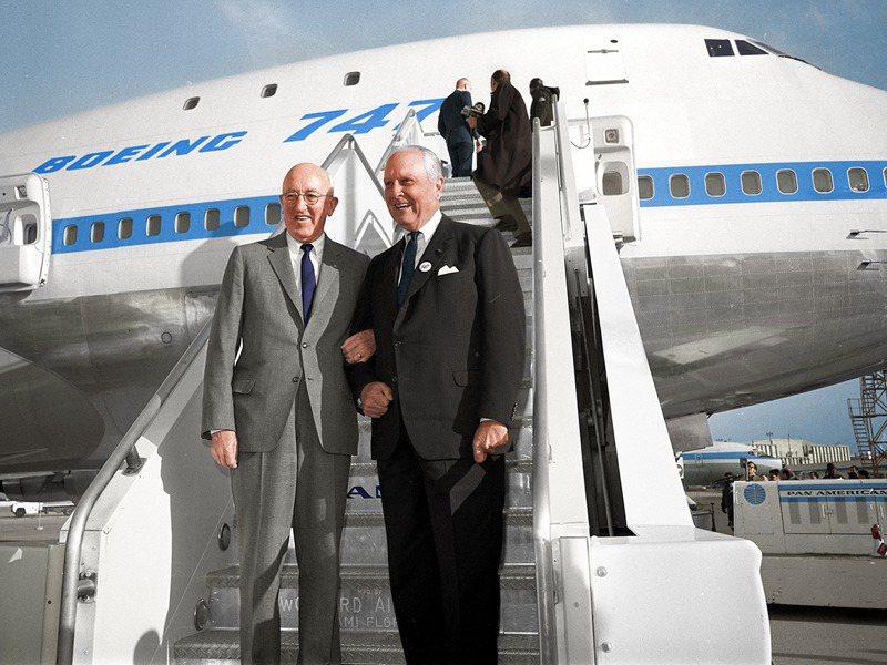 促成747問世的二巨頭:汎美董事長崔普(右)、波音董事長艾倫(左)。圖/波音資料照