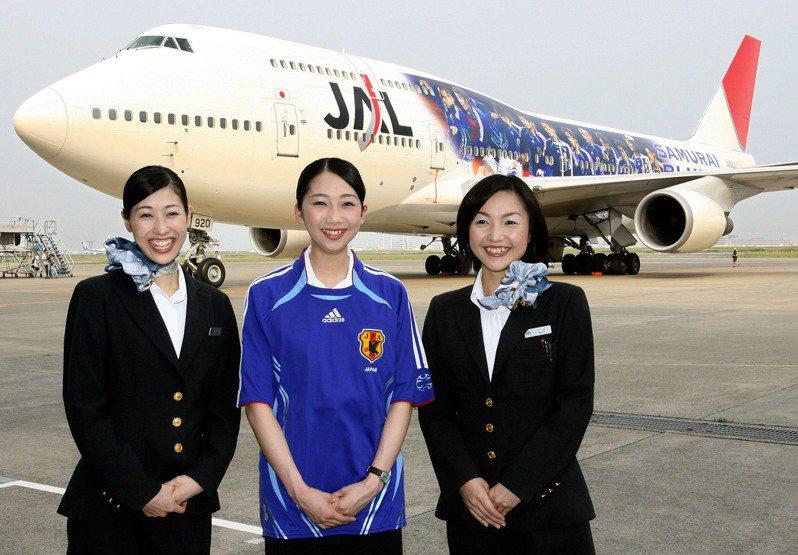 日航空服員與波音747-400客機合照。法新社