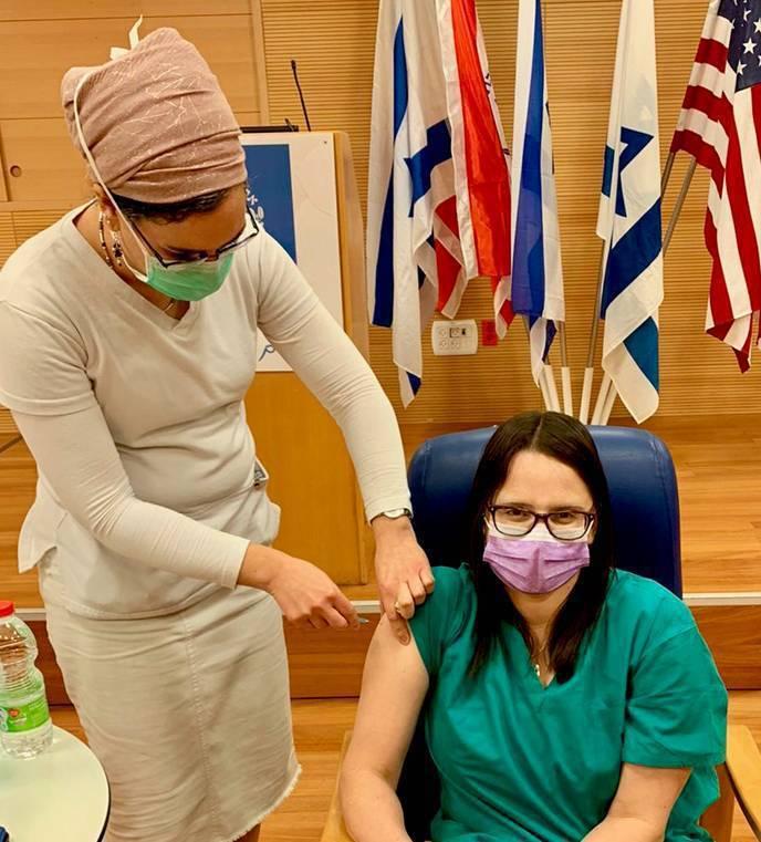 以色列是疫情最嚴重的國家之一,迄今超過3成民眾完成疫苗施打,是效率最高的國家。圖為以色列醫生接種新冠疫苗。圖/讀者提供