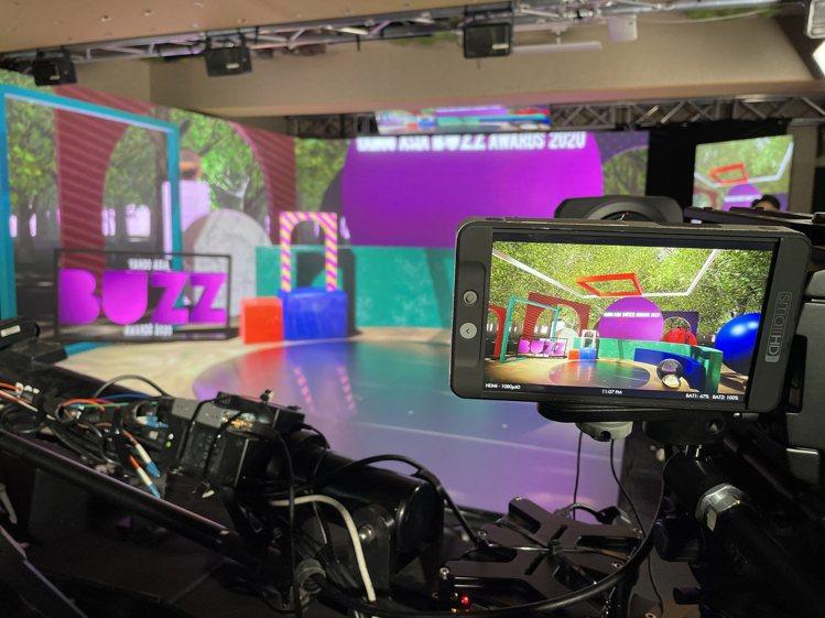 「Yahoo搜尋人氣大獎2020」頒獎典禮設計了三大虛實整合場景作為舞台,圖為公...