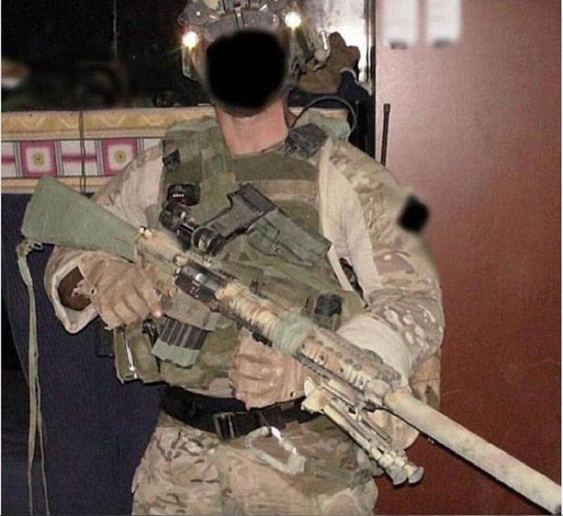 英國每日星報獨家披露,英軍空降特勤隊(SAS)一位狙擊士官只開了一槍,就成功擊斃約900公尺外的一名伊斯蘭聖戰分子,還引爆他身上的自殺炸彈背心,讓另外4人跟著一起陪葬。畫面翻攝:Daily Star