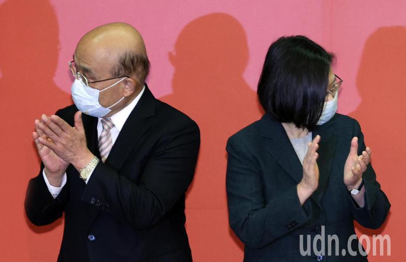 「第32屆全國十大神農及模範農民頒獎典禮」下午在農委會舉行,蔡總統(右)與蘇貞昌院長(左)再度同台,破除外界不合傳言。記者杜建重/攝影