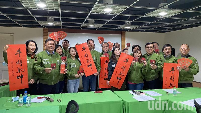 民進黨台南市黨部今天起送春聯、福袋,送完為止。記者鄭惠仁/翻攝
