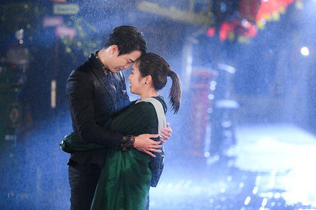 梁舒涵(右)和邱昊奇在雨中擁吻。圖/三立提供