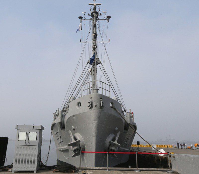 海軍今天到左營軍港進行春節加強戰備演練,軍方出動多艘艦艇與水下作業人員進行操演,其中一艘552大湖軍艦桅杆上有一對喜鵲在上面築巢引發好奇。記者劉學聖/攝影