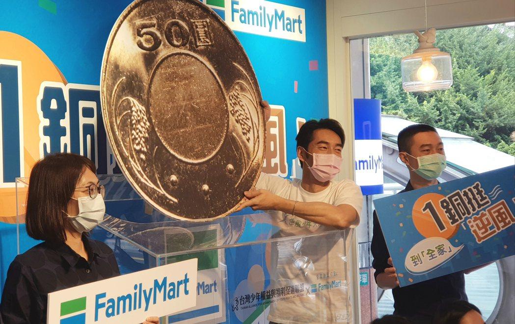 李李仁(中)出席公益活動,號召零錢捐。記者杜沛學/攝影