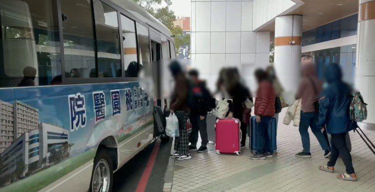 衛福部桃園醫院今天下午就有將近20名醫護人員搭乘接駁專車離院,前往檢疫所居家隔離...