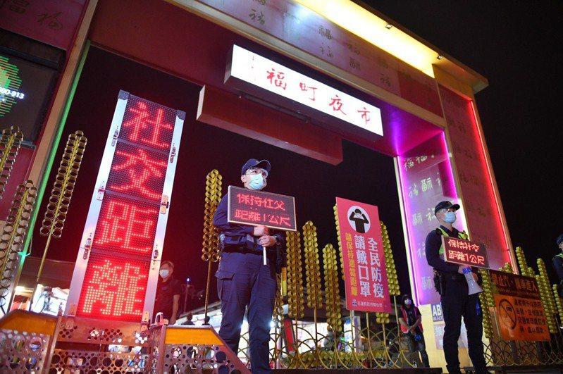 花蓮縣政府加強防疫,禁止發燒者進入東大門夜市,攤商及民眾須戴口罩,並禁止試吃試用。圖/資料照