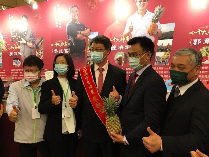 農委會主委陳吉仲(右2)今天出席十大神農頒獎典禮。記者吳姿賢/攝影