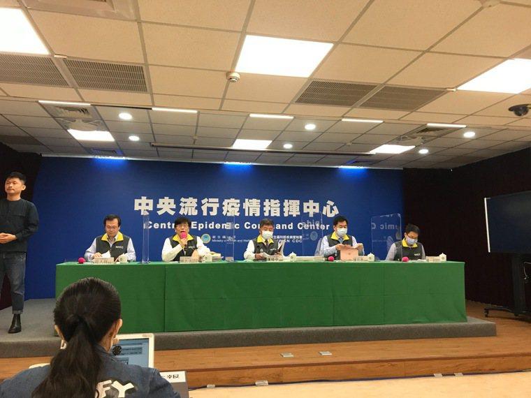 中央流行疫情指揮中心1月27日14:00記者會,出席名單由左到右,發言人莊人祥、...