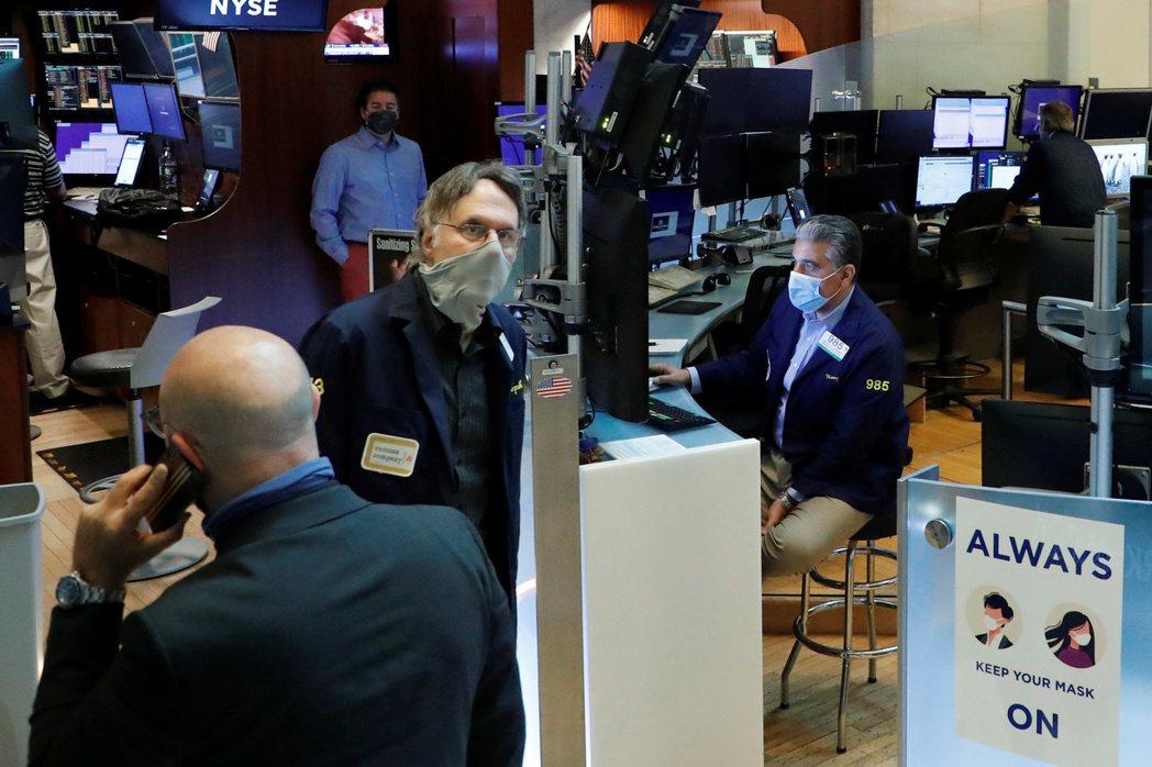 「美股恐慌指數」VIX居高不下,與股市的漲勢明顯分歧。 路透