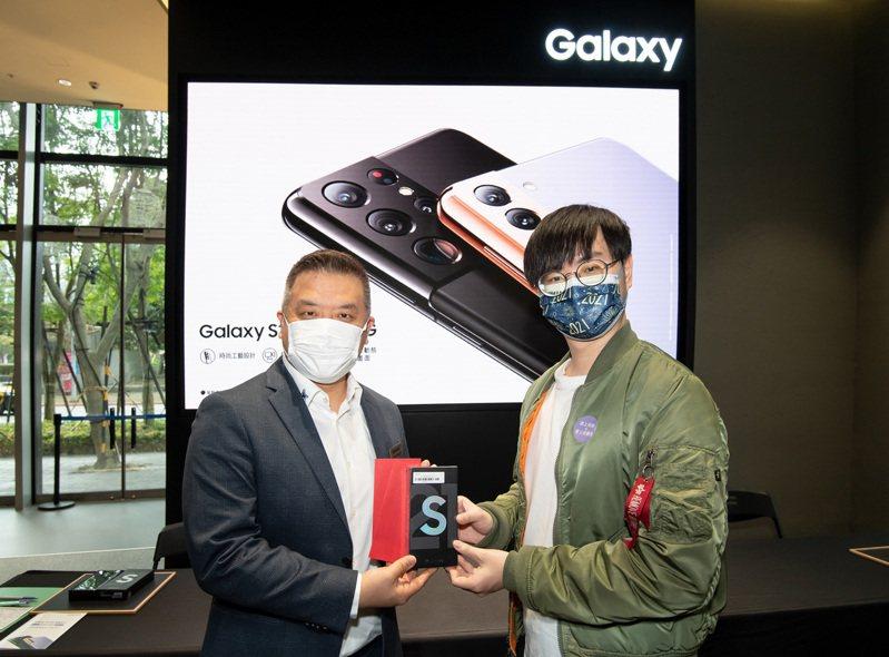 台灣三星電子行動與資訊事業部副總經理陳啟蒙(圖左)與首位交機消費者合影。圖/三星提供