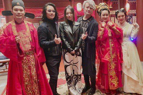 F.I.R.(飛兒樂團)去年因疫情分隔兩地,10月份陳建寧和阿沁毅然飛往北京,與主唱Lydia(韓睿)會合,合體100天中,3人首次客串古裝穿越喜劇電影、首次拍攝紀錄片、首次與陶喆合唱等,並發行了三...