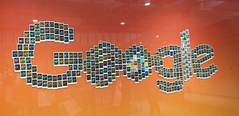 上班第一天服裝真的很重要。Google的LOGO牆,是以員工上班第一天的拍立得照片組成,仔細看看說不定裡面就有自己。記者彭慧明/攝影