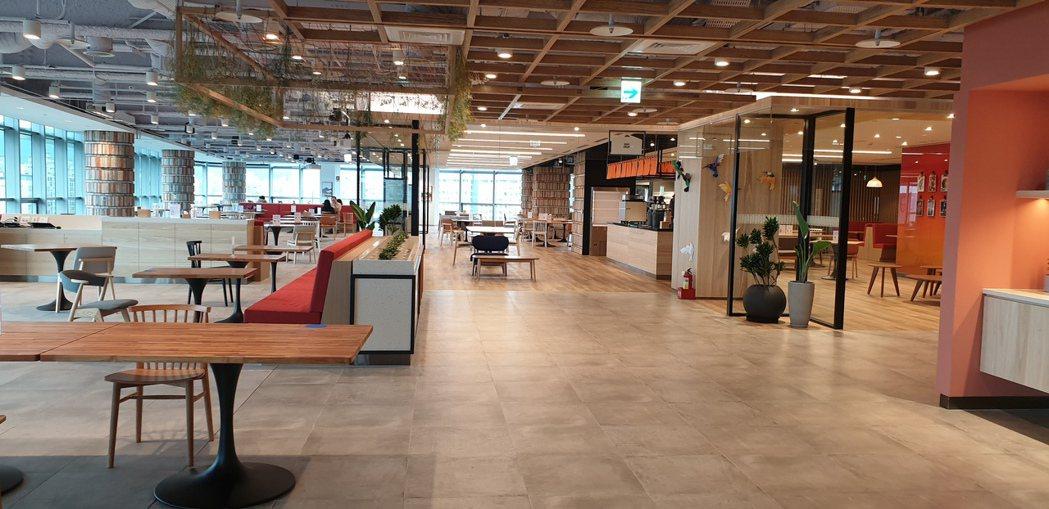 Google餐廳最大可容納600人用餐,不過為了防疫,都留出大量社交空間。記者彭...