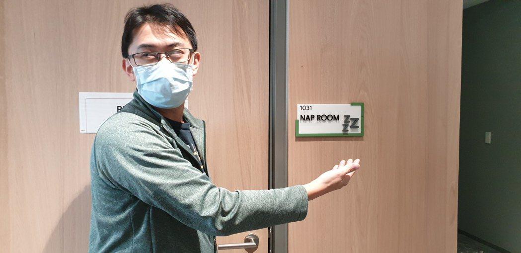 怎樣知道午睡室是否有人使用?Google員工說,門牌的右上角如果是綠色框,就表示...