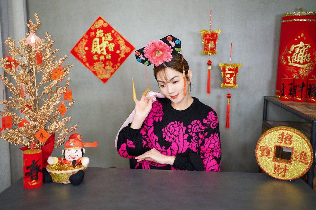 Ella化身「艾拉格格」向粉絲謝罪放鳥之事。圖/勁樺娛樂提供