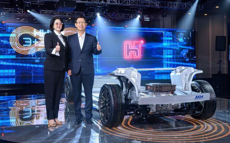 裕隆董事長嚴陳莉蓮(左)與鴻海董事長劉揚偉日前共同出席鴻華先進成立大會,最近傳出6月即可望推出首輛電動車原型車。 (本報系資料庫)