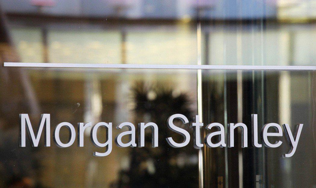 知情人士透露,大摩將把亞洲投銀員工的整體獎金提高近20%,高盛則將調約升15%。...