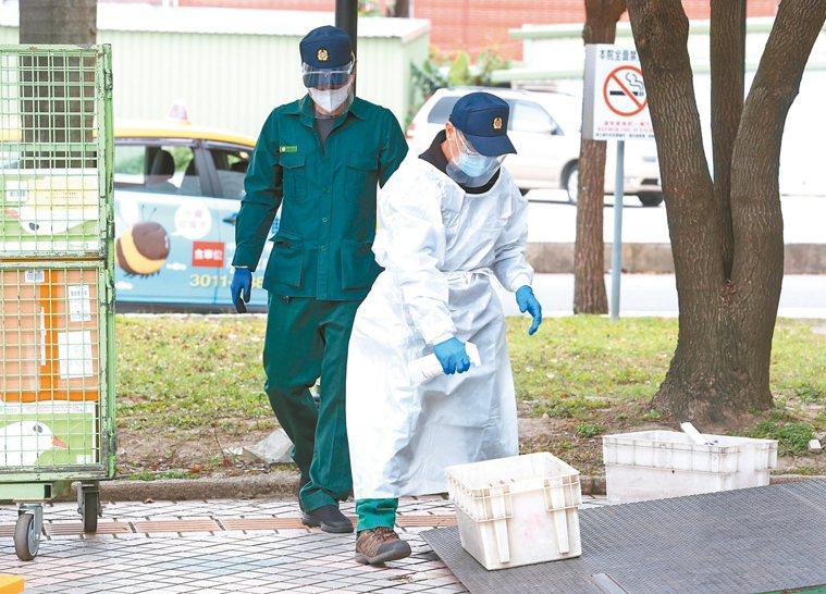 因應部立桃園醫院群聚感染擴大,連郵務人員收、送的包裹郵件,都先逐一消毒。 記者曾...
