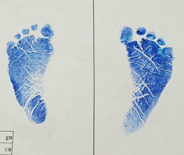 HowHow分享兒子出生的小腳印。 圖/擷自IG