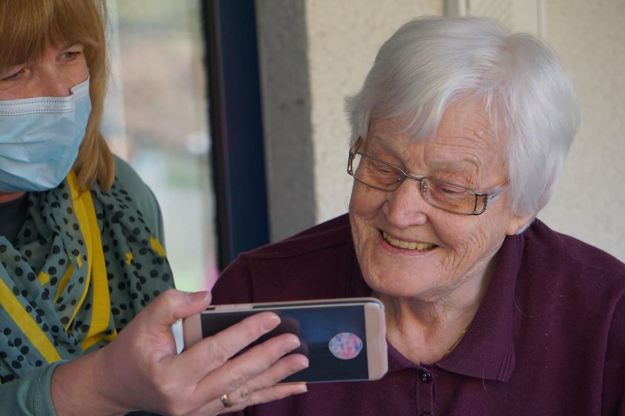 注意退休長輩不要脫離人群,不要與生活脫節。因為不只家人,家庭以外的社會支持,對老...