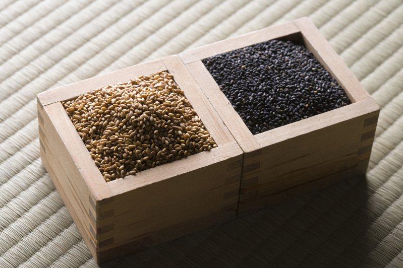 日本醫師推薦可攝取「五色」食品,保持身體健康。例如黑色的芝麻就有防老化的功效。圖片來源/ingimage