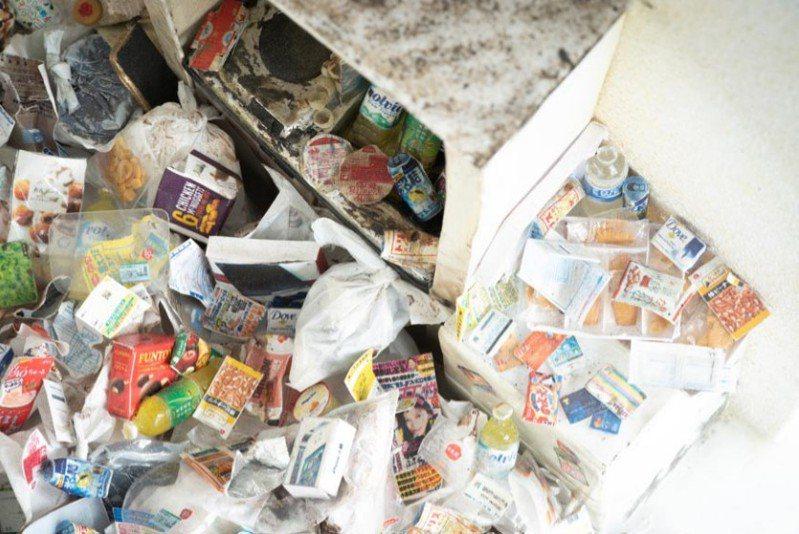 在垃圾屋裡,裝有尿液的寶特瓶甚至多達百瓶以上。圖/麥田提供