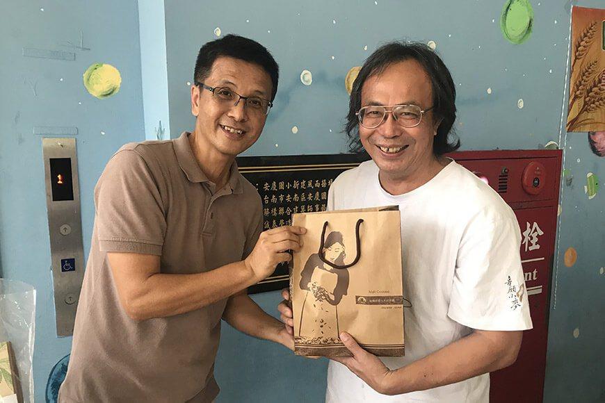 喜願施銘煌( 右) 先生蒞校,指導師生進行雜糧學堂。 圖/廖肇瑞提供
