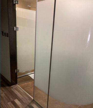 一名網友日前在網路上提出為何旅館愛用玻璃隔衛浴,引發熱議。圖擷自PTT