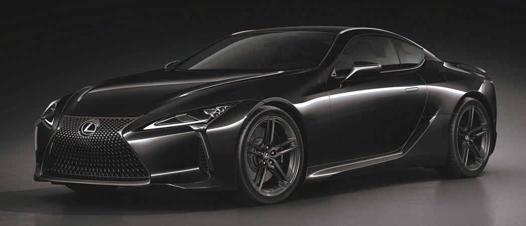 Limited Edition專屬黑化套件及21吋全新造型燻黑鍛造鋁圈,點綴出動...