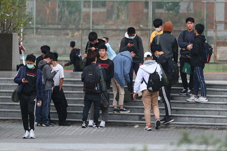 全國大學學測上週落幕,剛考完自然的考生們露出輕鬆的表情。記者黃仲裕/攝影