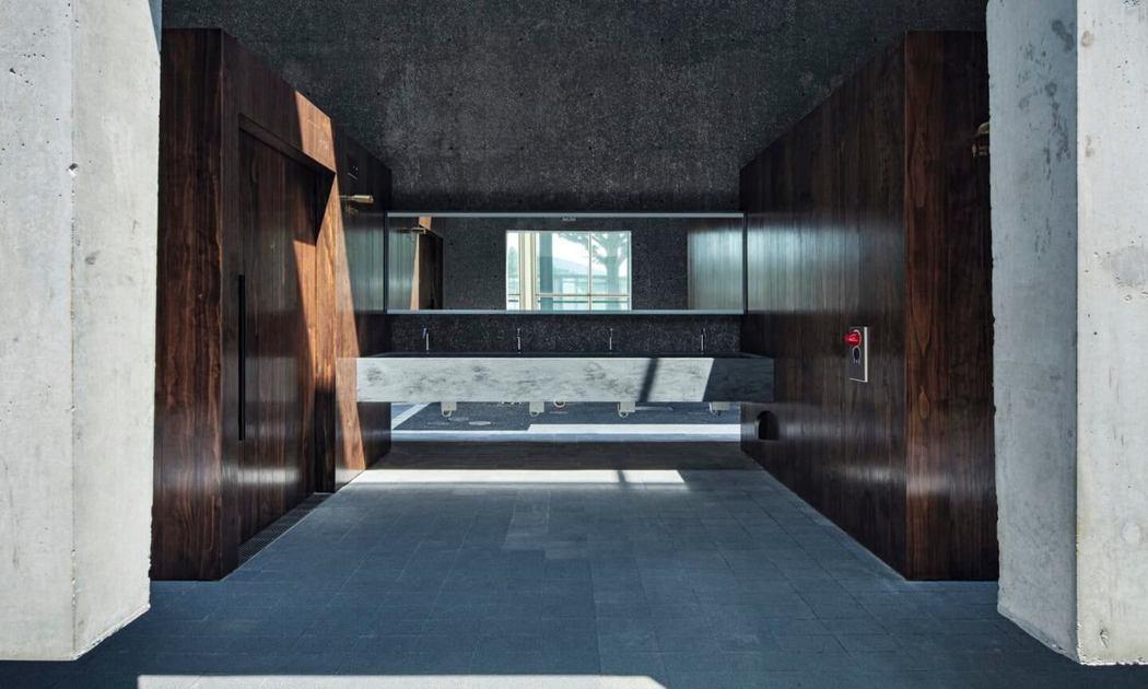 東京地鐵旁的公廁,鏤空設計讓自然光線灑入。圖/Suppose Design Of...