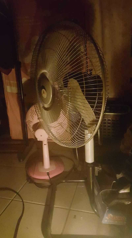 一名網友透露自己習慣開電風扇才睡得著,原因是他習慣聽電扇的聲音。 圖/翻攝自「爆廢公社二館」