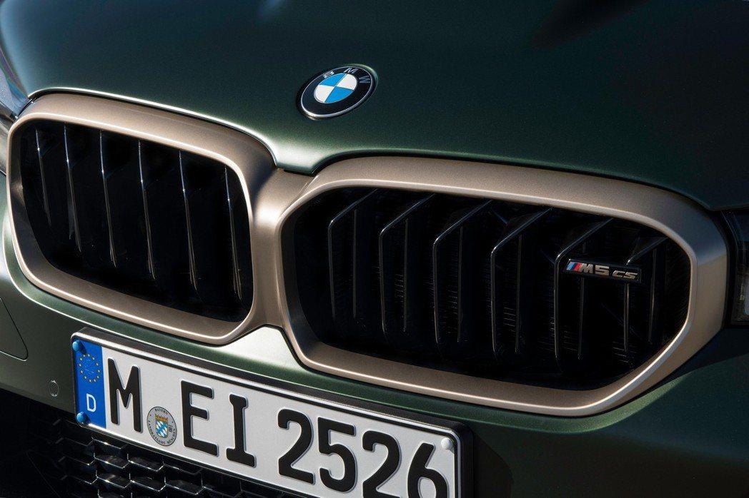 雙腎形水箱罩外框以古銅金點綴。 摘自BMW
